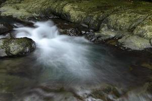 la cascata cade con le rocce
