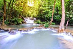 huay mae kamin cascata a kanchanaburi, in thailandia.
