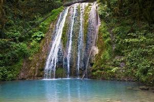 cascata e laguna blu