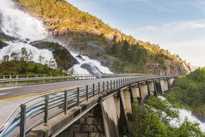 strada in norvegia passando sopra la cascata langfoss