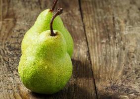 due pere verdi fresche con gocce d'acqua sul tavolo