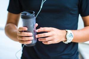 primo piano smart watch cardiofrequenzimetro e bottiglia d'acqua
