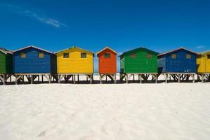 capanne sulla spiaggia multicolore foto