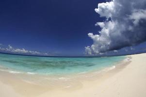 tempesta sulla spiaggia tropicale