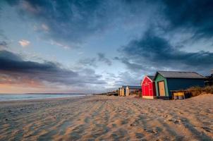 capanne sulla spiaggia al tramonto foto