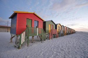 box da bagno colorati sulla spiaggia di muizenberg foto