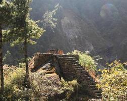 passo roccioso e tavola dal nepal