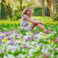 felice giovane ragazza nel parco in una giornata di primavera