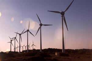 silhouette di turbine eoliche
