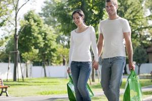 giovane coppia con borse riutilizzabili