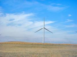 mulino a vento in un parco eolico in california, usa foto
