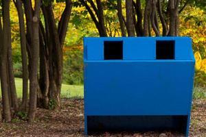 cestino per la raccolta differenziata nel parco foto