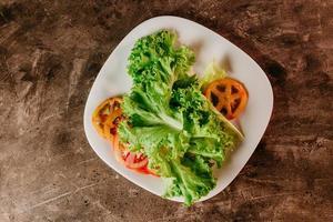 lattuga e pomodori su un piatto
