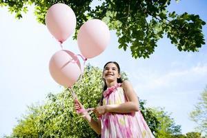 bambina con palloncini rosa