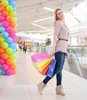donna sorridente con le borse della spesa foto