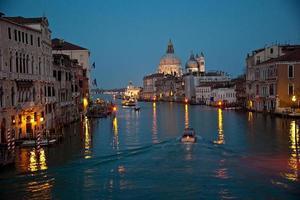 il canal grande e santa maria della salute (venezia, italia)