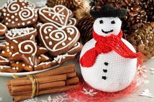 pupazzo di neve all'uncinetto natalizio foto