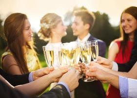 ospiti di nozze tintinnano bicchieri foto