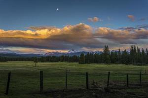 sorgere della luna di sera e nuvole temporalesche sul parco nazionale vulcanico di lassen foto