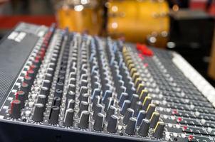 apparecchiature musicali digitali, mixer musicale con traccia foto