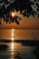 lago durante l'ora d'oro