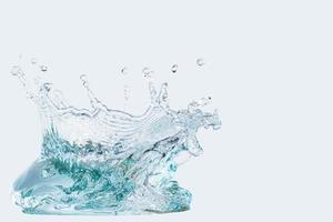 spruzzata dell'acqua isolata su fondo bianco foto