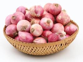 cesto di cipolle rosse