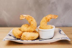 gamberetti in tempura sul piatto di ceramica