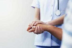 infermiera confortante paziente foto