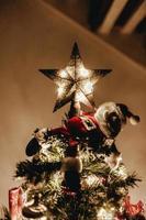 stella illuminata in cima a un albero di natale