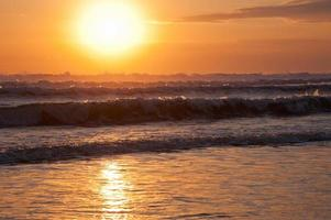 bellissimo paesaggio marino con grandi onde al tramonto