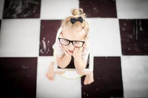 bambina su un vasino con tablet pc