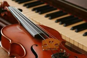 un violino e un pianoforte a coda vintage