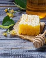 dolce miele di tiglio a nido d'ape foto