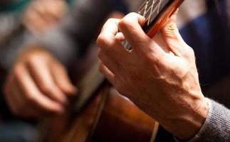 uomo che suona la chitarra foto
