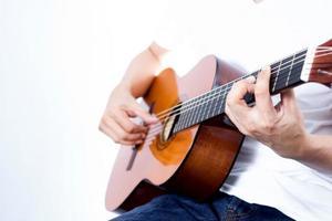 musicista suona la chitarra acustica foto
