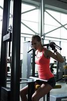 bella donna in forma muscolare