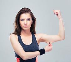 donna fitness pizzicare un grasso sui bicipiti