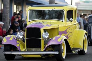 vecchia macchina classica: gialla con fiamme rosa foto
