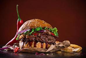 delizioso hamburger su sfondo scuro foto