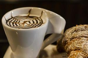caffè al bar con croissant. avvicinamento