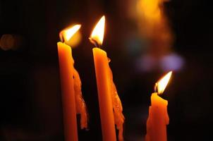 candela gialla al tempio cinese foto