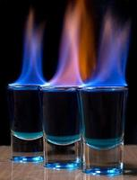 bevanda che brucia in un bicchierino su un tavolo