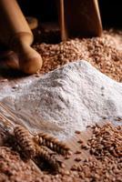 farina di frumento sul tavolo foto