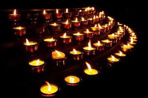 candele di preghiera in una chiesa foto