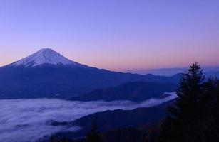 lago di kawaguchi e monte fuji all'alba foto