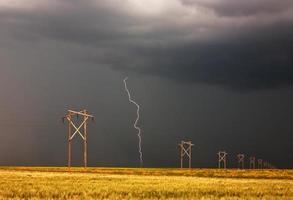 un fulmine che colpisce dietro la linea elettrica del saskatchewan foto