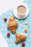 concetto di colazione o pranzo perfetta, dessert di pasticceria tradizionale croissasnt foto