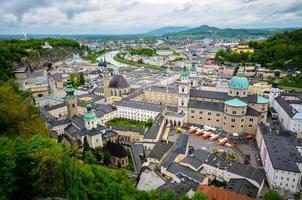Il castello di hohensalzburg (festung hohensalzburg) letteralmente a salisburgo, in austria