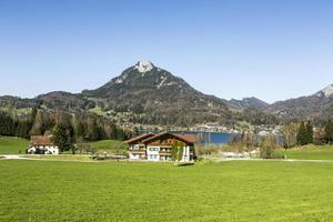 lago fuschl con bellissimo panorama delle alpi foto